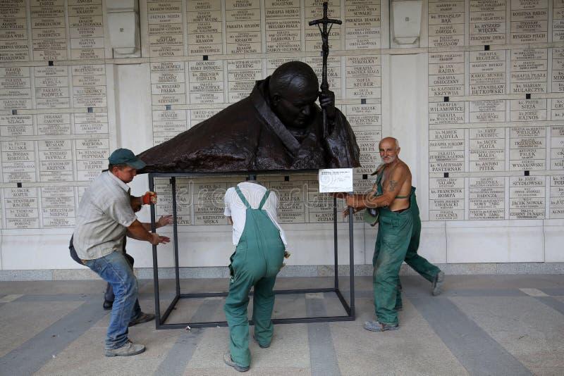 L'installazione del busto - nell'omaggio a John Paul II da Anna Gulak nel centro di Papa Giovanni Paolo II in Lagiewniki fotografie stock libere da diritti