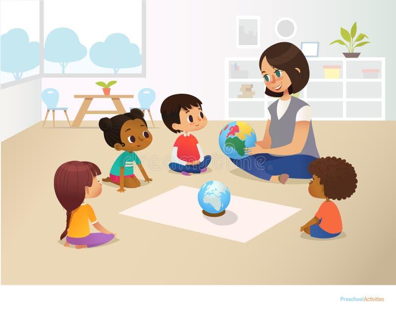 L'institutrice gardienne de sourire montre le globe aux enfants s'asseyant dans le cercle pendant la leçon de géographie Activité illustration de vecteur