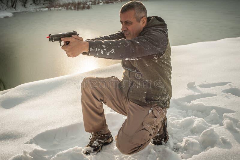 L'instructeur démontrent la position de corps du tir d'arme à feu sur le champ de tir photos libres de droits