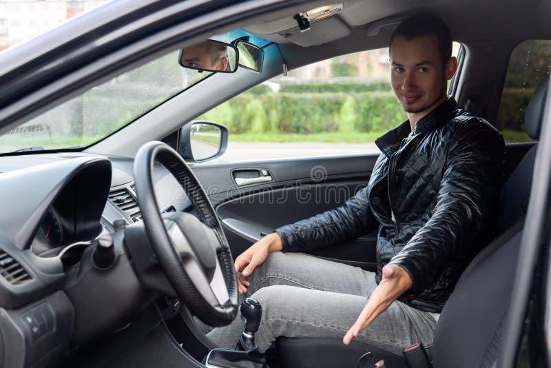 L'instructeur de conduite vous invite à un siège de chauffeur image stock