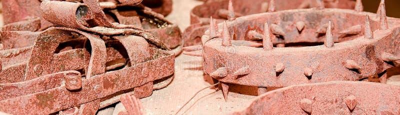 L'instrument de la torture médiéval a cloué le collier de fer de collier de punition, collier espagnol sur le fond en bois photo stock