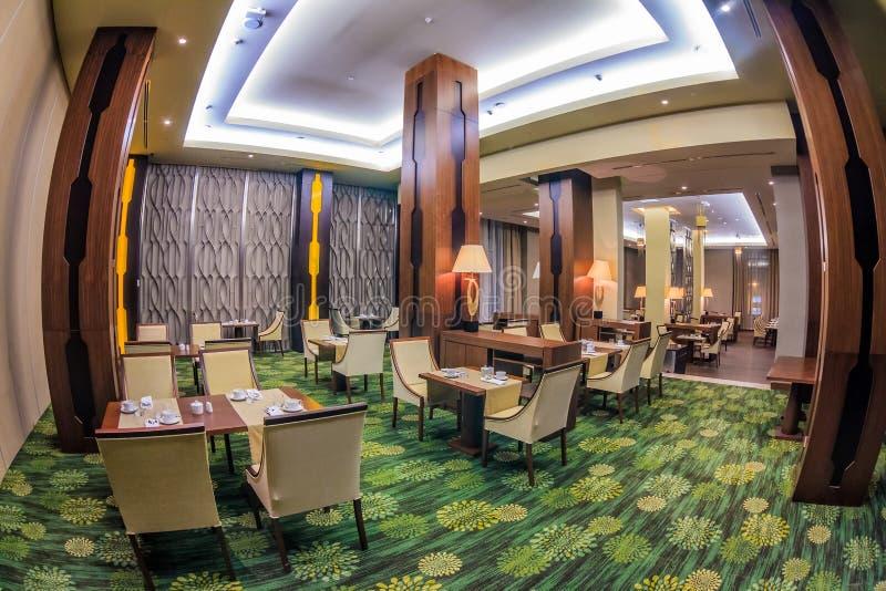 L'intérieur élégant du ` s de restaurant de belvédère avec les meubles modernes et l'arrangement confortable transforme le dîner  images stock