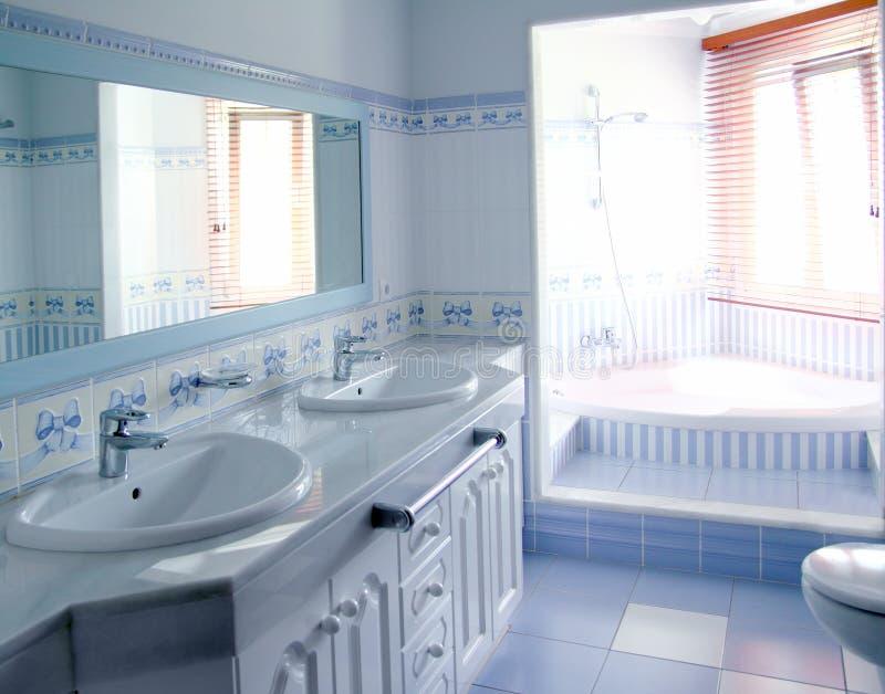 L'intérieur bleu classique de salle de bains couvre de tuiles la décoration photo stock