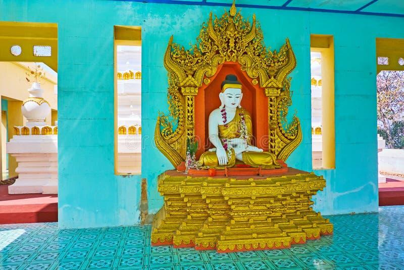 L'intérieur coloré de la Chambre d'image d'U Min Thonze Temple, Sagaing photo libre de droits