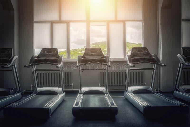 L'intérieur d'un gymnase vide avec la vue des montagnes pittoresques treadmill Le concept d'un mode de vie sain images libres de droits