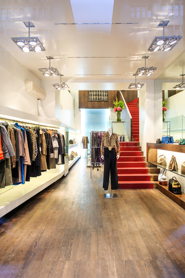 L'intérieur d'un magasin de boutique avec les femmes de luxe à la mode s'habillent images libres de droits