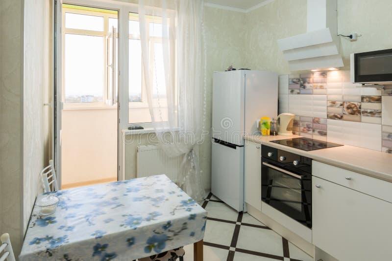 L'intérieur d'une petite cuisine avec un balcon photo stock