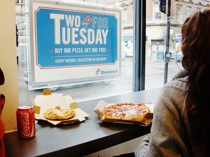 A l'intérieur de Domino`s Pizza fast food photo stock