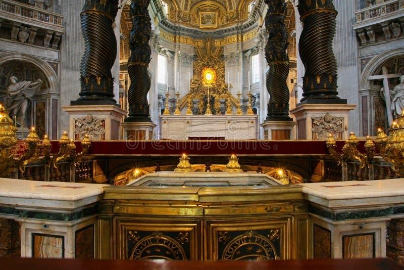 L'intérieur de la basilique de StPeters Tombe du ` s d'autel et de St Peter photo stock