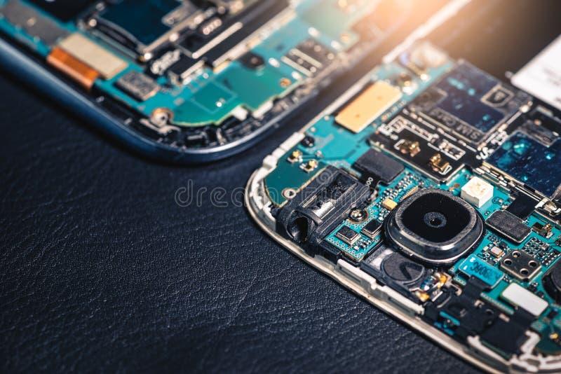 L'intérieur de la carte mère jumelle du ` s de smartphone s'étendent sur la table arrière et copient l'espace images libres de droits