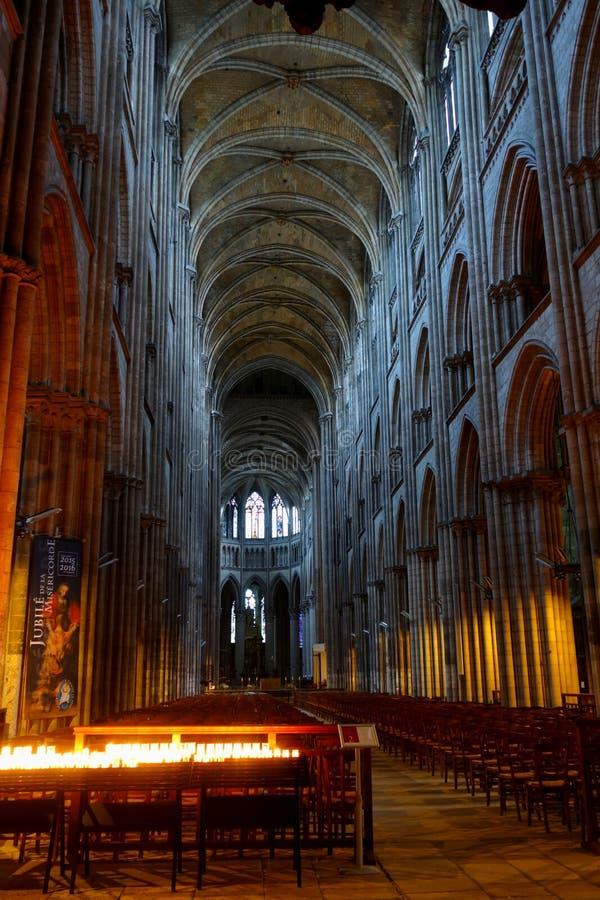 L'intérieur de la cathédrale de Rouen en égalisant l'éclairage photos stock