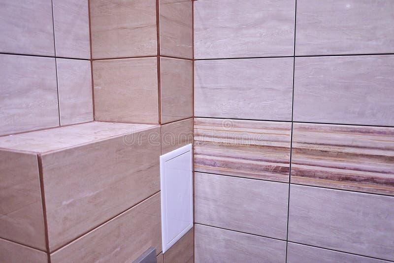 L'intérieur de la salle de bains est décoré de belles tuiles avec le paysage de la nature image libre de droits