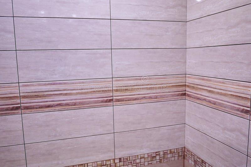 L'intérieur de la salle de bains est décoré de belles tuiles avec le paysage de la nature photos libres de droits
