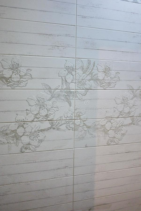 L'intérieur de la salle de bains est décoré de belles tuiles avec le paysage de la nature photos stock