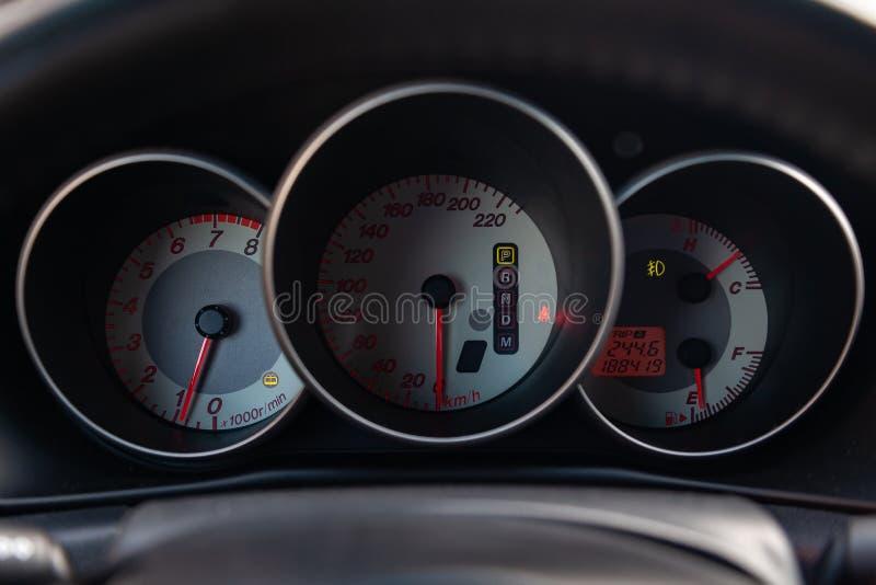 L'intérieur de la voiture avec vue sur le tableau de bord, le tachymètre et le tachymètre avec l'équilibre gris-clair photo stock