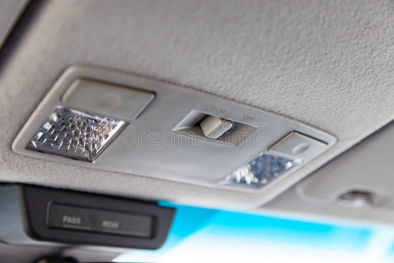 L'intérieur de la voiture avec vue sur les lumières de tableau de bord et de toit avec l'équilibre gris-clair photo stock