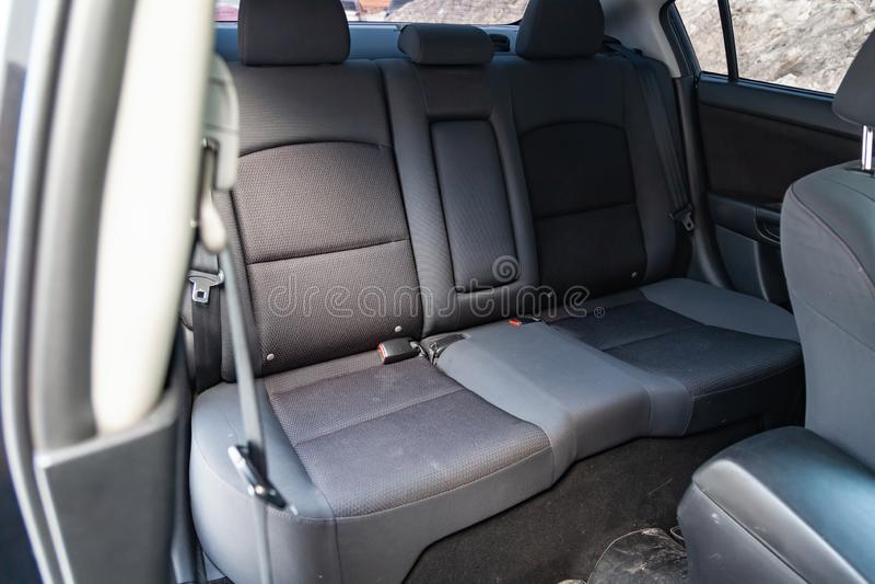 L'intérieur de la voiture avec vue sur les sièges arrière de s avec l'équilibre gris-clair image libre de droits
