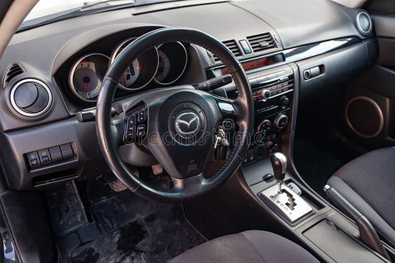 L'intérieur de la voiture Mazda 3 avec vue sur le système de volant, de tableau de bord, de sièges et de multimédia avec l'é photos stock