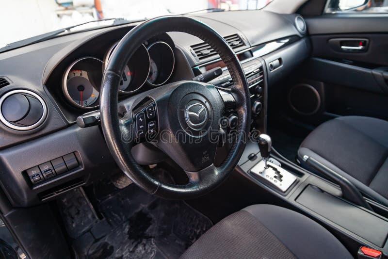 L'intérieur de la voiture Mazda 3 avec vue sur le système de volant, de tableau de bord, de sièges et de multimédia avec l'é photos libres de droits