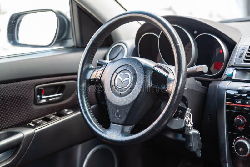L'intérieur de la voiture Mazda 3 avec vue sur le système de volant, de tableau de bord, de sièges et de multimédia avec l'é photographie stock