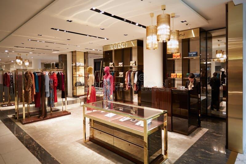 L'intérieur de magasin de Selfridges, Gucci font des emplettes à Londres images libres de droits