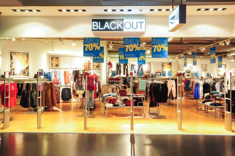 L'intérieur de noircissent le magasin de vêtements de mode photographie stock
