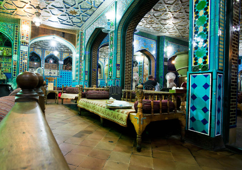L'intérieur de style de vintage du restaurant persan traditionnel avec le vieux tabouret couche images libres de droits