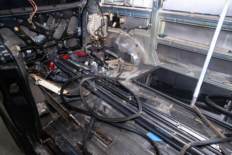 L'intérieur de voiture derrière un fourgon avec une doublure démontée, sièges a enlevé, des pièces de rechange se trouvant sur le photo stock