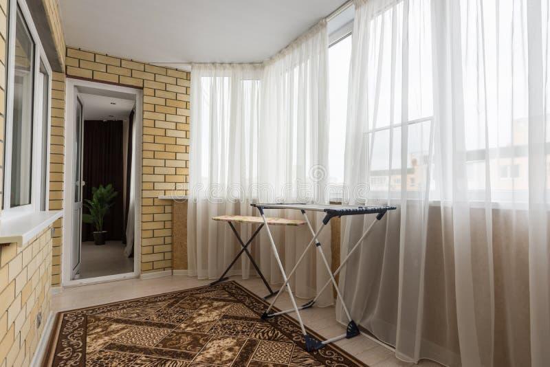 L'intérieur du balcon spacieux dans la maison images stock