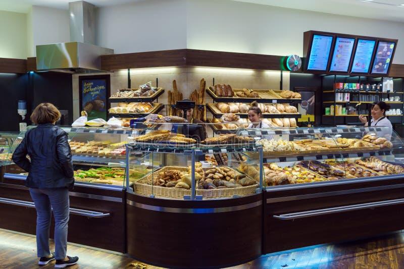 L'intérieur du magasin avec une grande sélection de pain, petits pains photo stock
