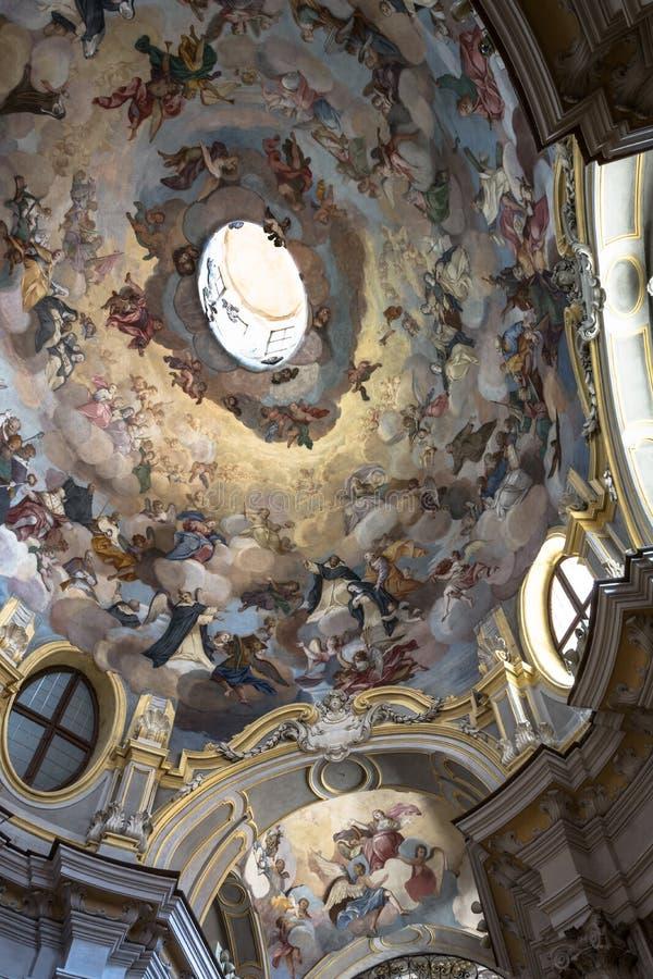L'intérieur frescoed de l'église dans alba, Italie images libres de droits