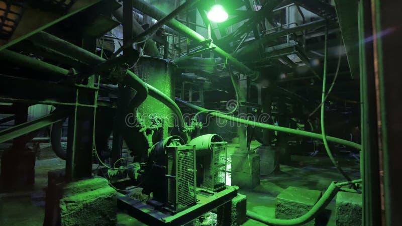 L'intérieur industriel abandonné dans des couleurs foncées avec rougeoyer s'allume banque de vidéos