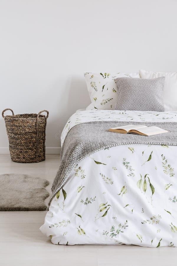 L'intérieur scandinave cru de chambre à coucher de style avec un lit s'est habillé dans des feuilles, des oreillers et la couvert photos libres de droits