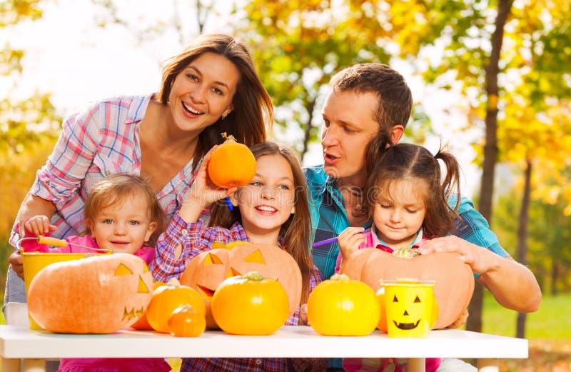 L'intera famiglia si prepara per Halloween nel giardino fotografia stock