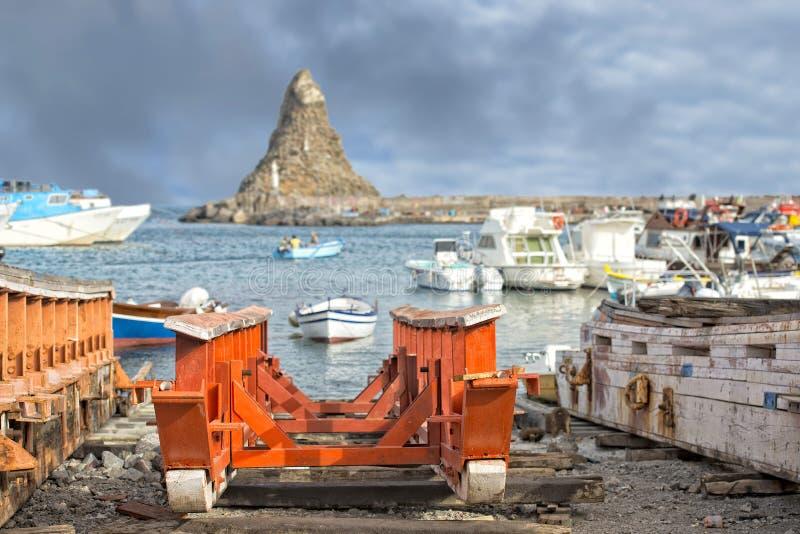 L'interception commandée en vol Trezza Sicile Cyclopes empile des roches photographie stock libre de droits