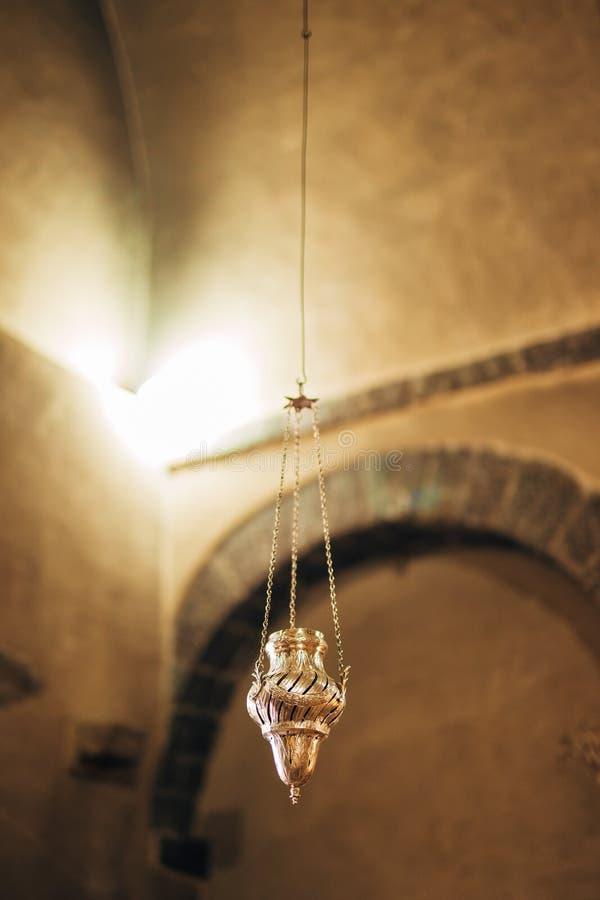 L'interiore della chiesa Icone, candeliere, candele in una piccola chiesa immagine stock