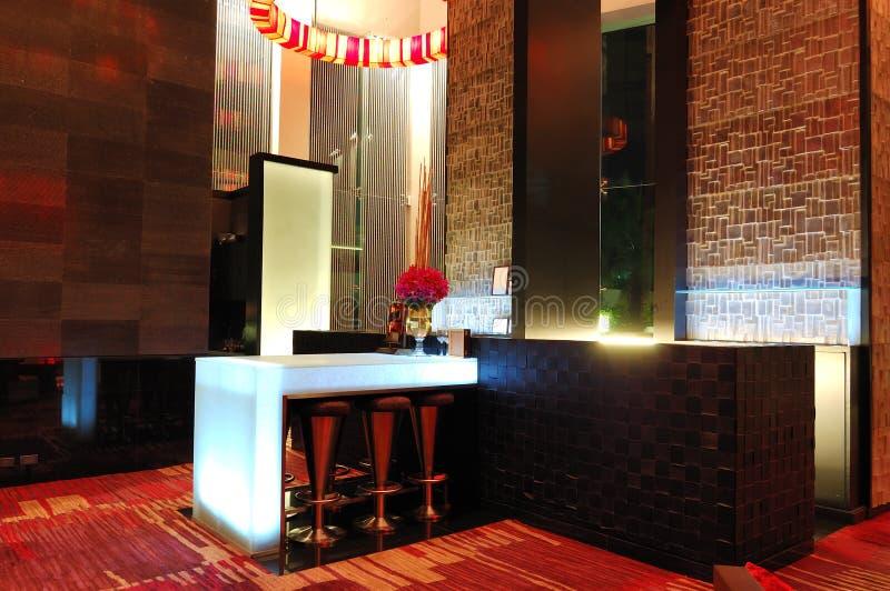 L'interiore moderno illuminato della barra fotografie stock