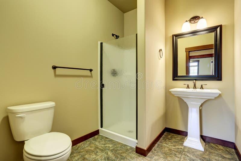 L 39 interno del bagno con la pavimentazione in piastrelle il lavandino la toilette ed il vetro - Lavandino bagno vetro ...