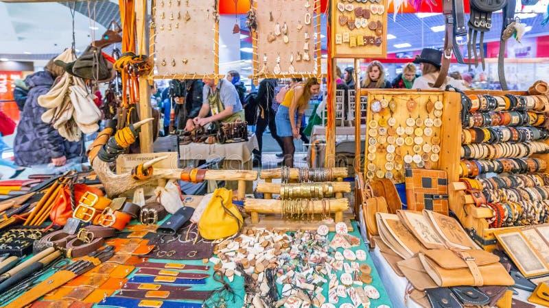 L'interno del dipartimento per la vendita di souvenir di artigiani popolari fotografia stock