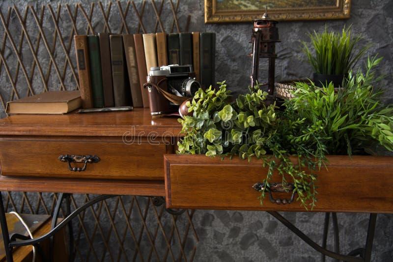 L'interno del gabinetto con una tavola su metallo basa immagini stock
