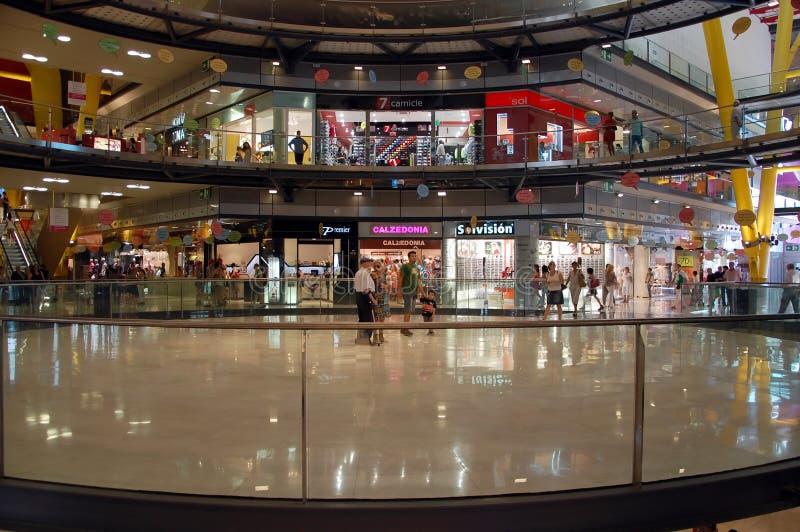 L'interno dell'arena del centro commerciale immagini stock libere da diritti
