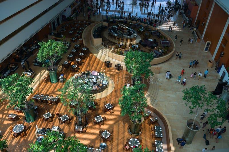 L'interno dell'ingresso dell'hotel di Marina Bay Sands con un ristorante e fotografia stock libera da diritti