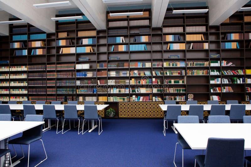 L'interno della biblioteca Colori blu e marroni Scaffali con i libri, tavole bianche immagine stock libera da diritti