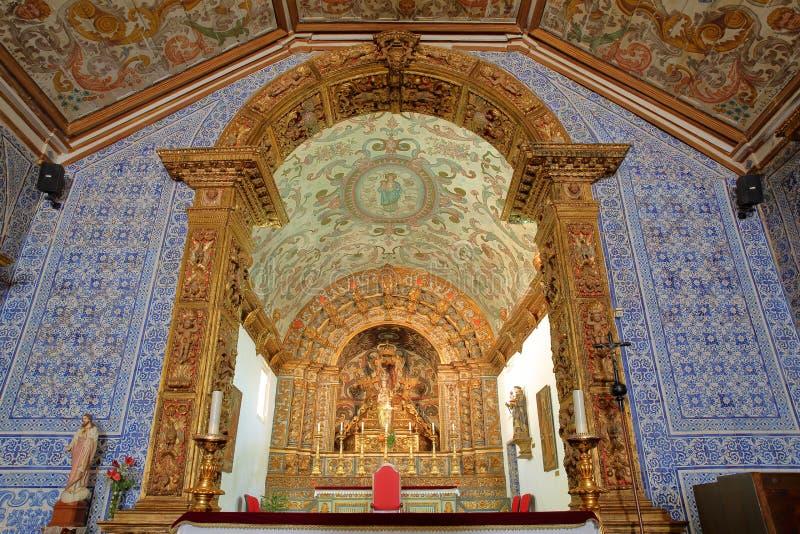 L'interno della chiesa Igreja Matriz di Vila do Bispo, con stile barrocco e decorato con Azulejos fotografia stock libera da diritti