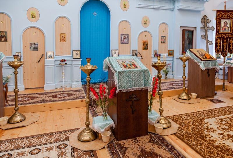 L'interno della chiesa ortodossa rurale della madre di Tichvin immagini stock
