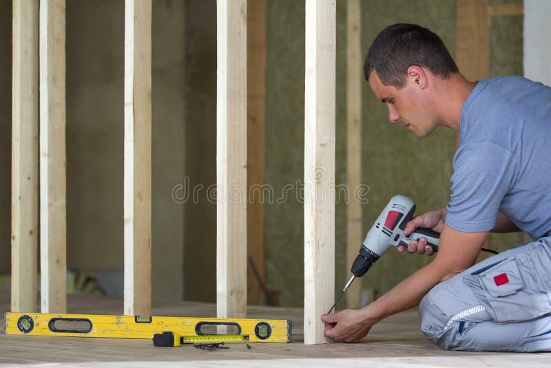 L'interno della soffitta ha isolato la stanza con il pavimento della quercia nell'ambito di ricostruzione I giovani usi professio fotografia stock