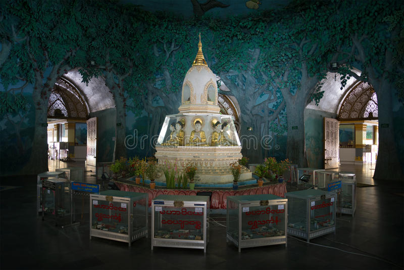 L'interno dello stupa il tempio buddista Maha Wizaya Pagoda Yangon, Myanmar immagini stock