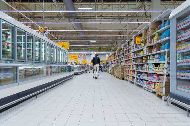 L'interno di grande supermercato fotografia stock