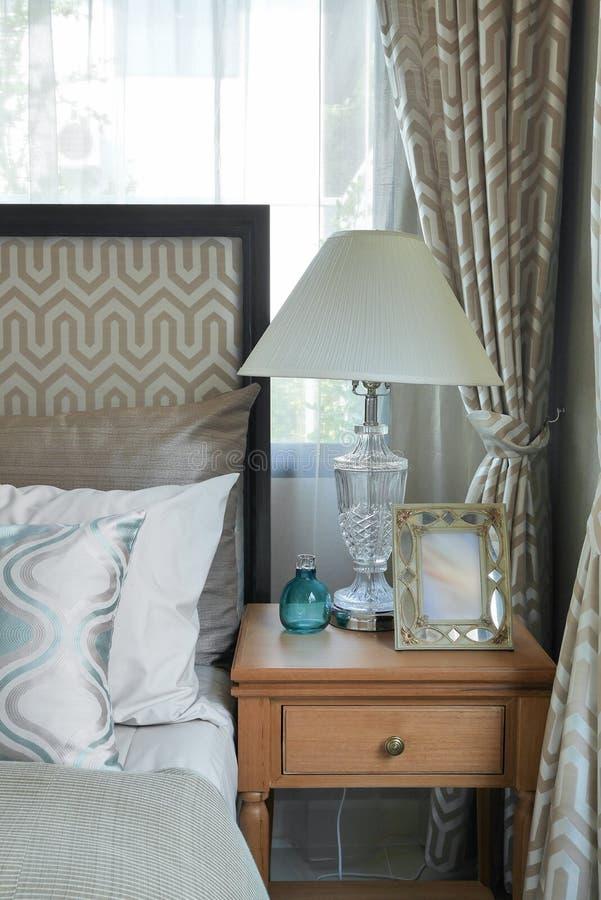 L'interno di lusso della camera da letto con verde ha modellato i cuscini e la lampada da tavolo decorativa fotografia stock