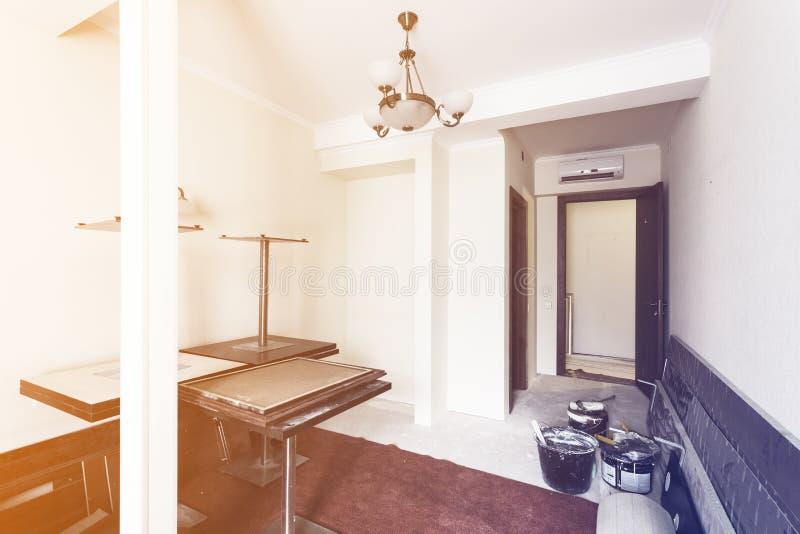 L'interno di stanza in appartamento prepearing a costruzione, al ritocco, al rinnovamento, estensione, ripristino e immagine stock